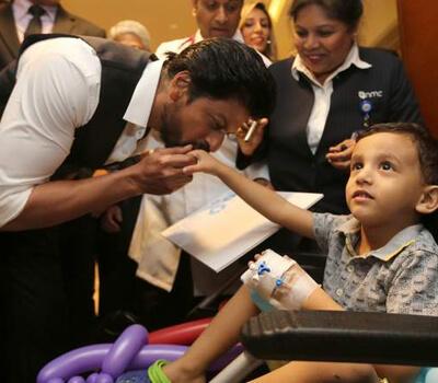 Shah Rukh Khan gets rousing Welcome at UAE Hospital